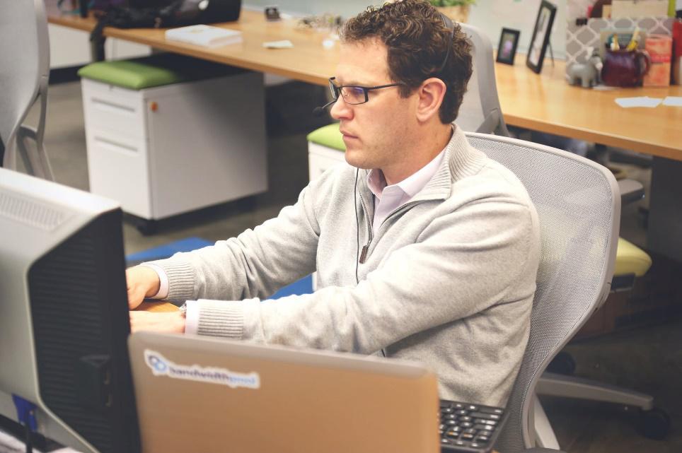 Zbytnie zaufanie wobec pracownika naraża przedsiębiorstwa na atak ransomware i straty finansowe!