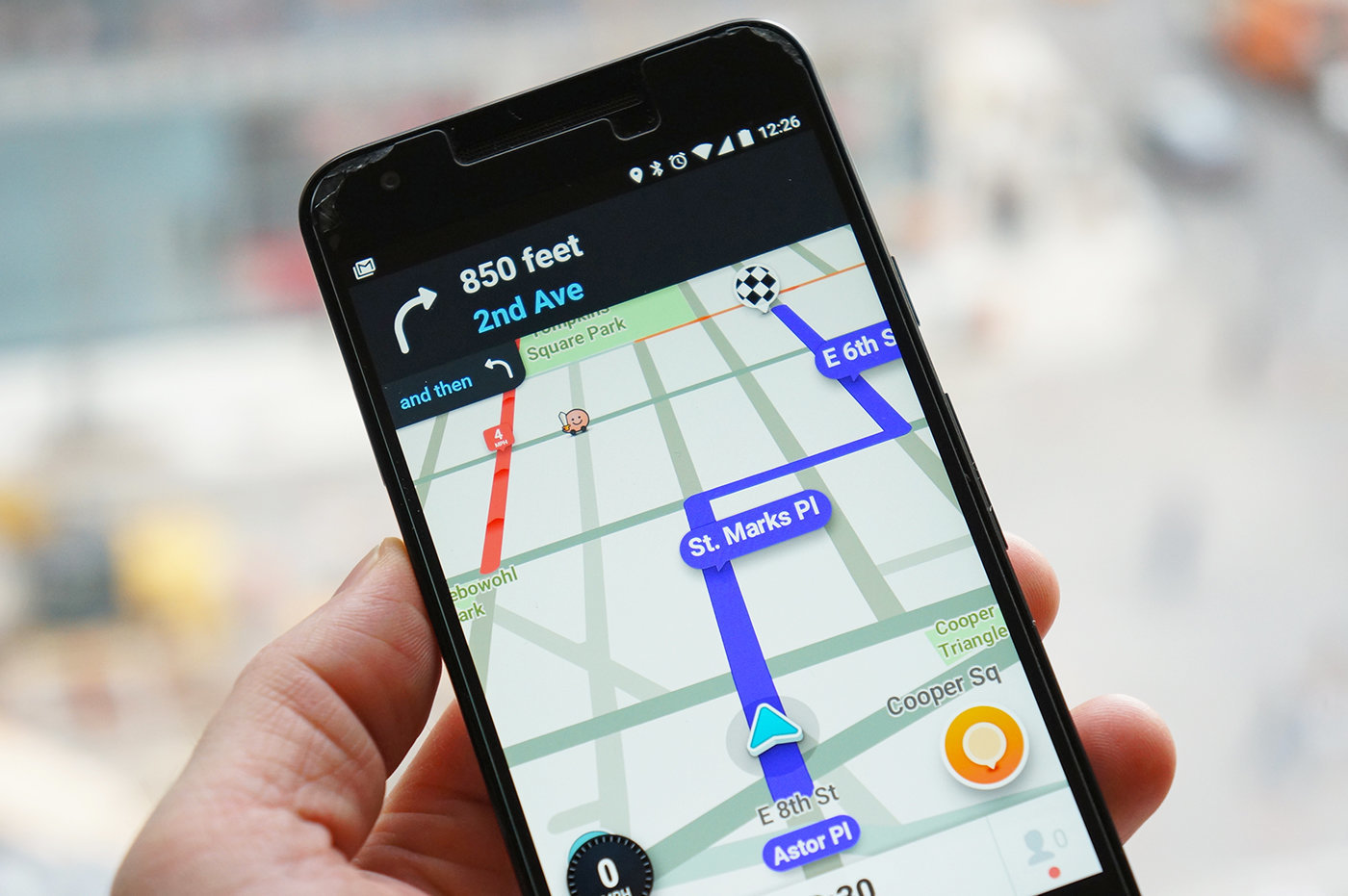 Aplikacja Waze z funkcją nawigacji drogowej na celowniku policji