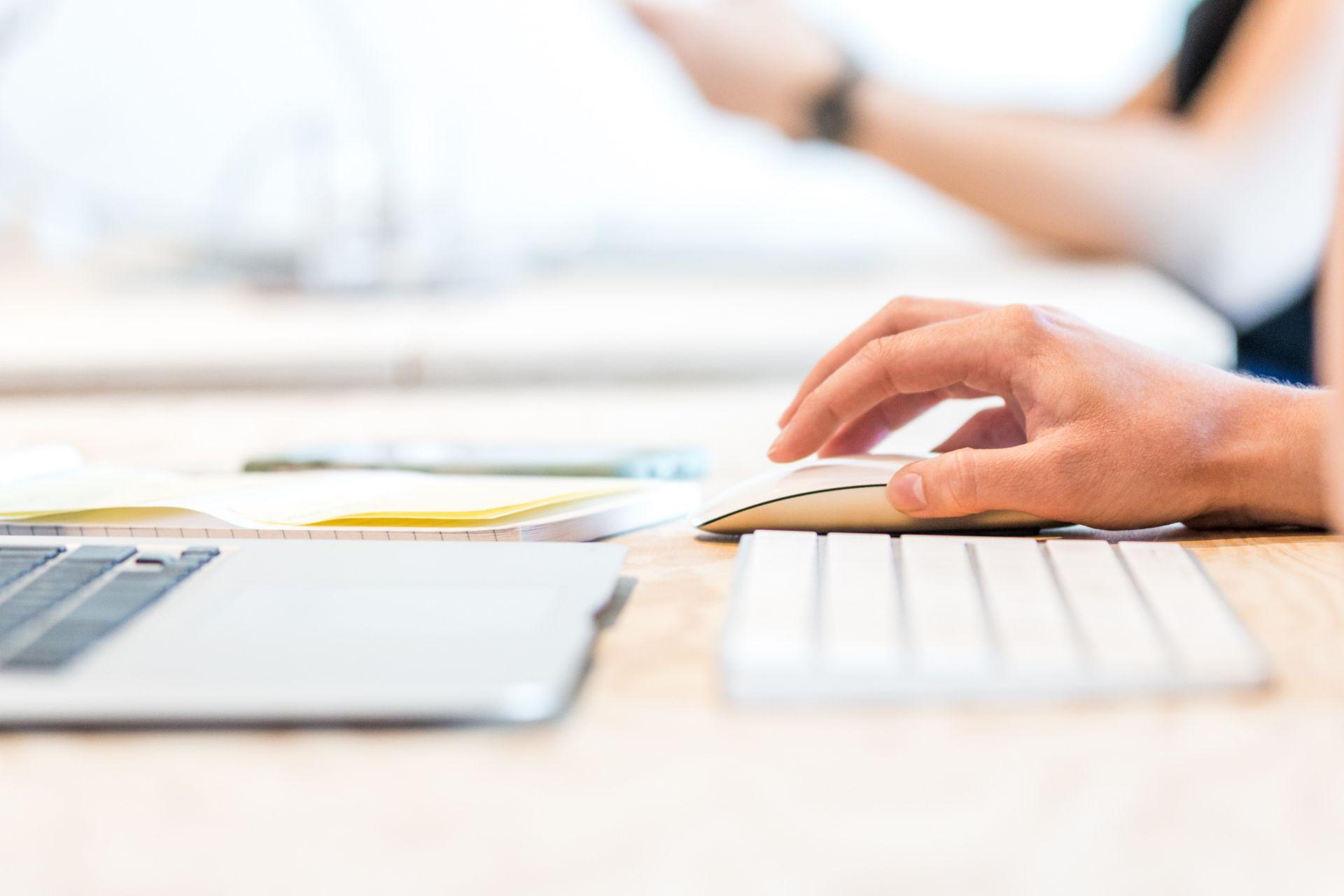 Cyberuzależnieni dyrektorzy zagrożeniem dla firm – przykłady i case study