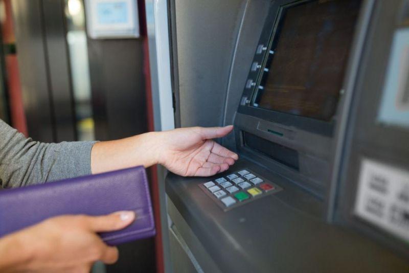 Wypłaty gotówki z bankomatów mogą być droższe