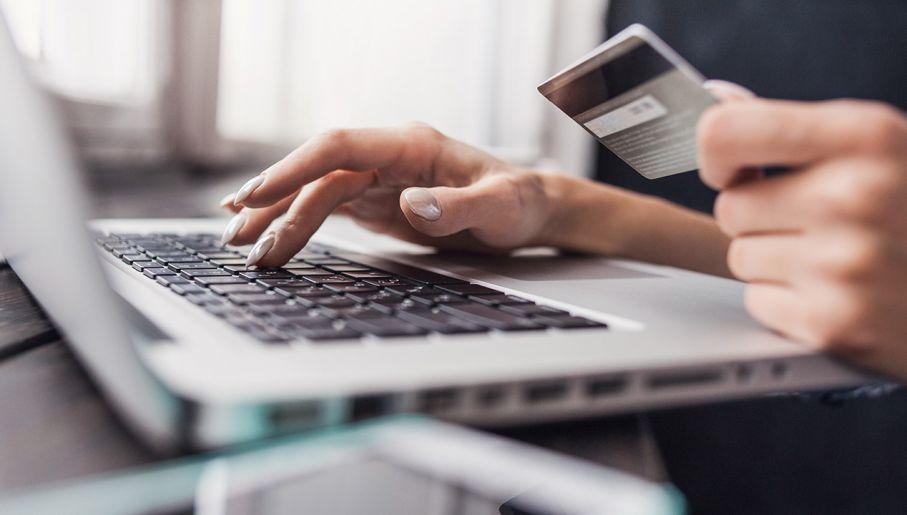 Kobiety kupują online częściej niż mężczyźni