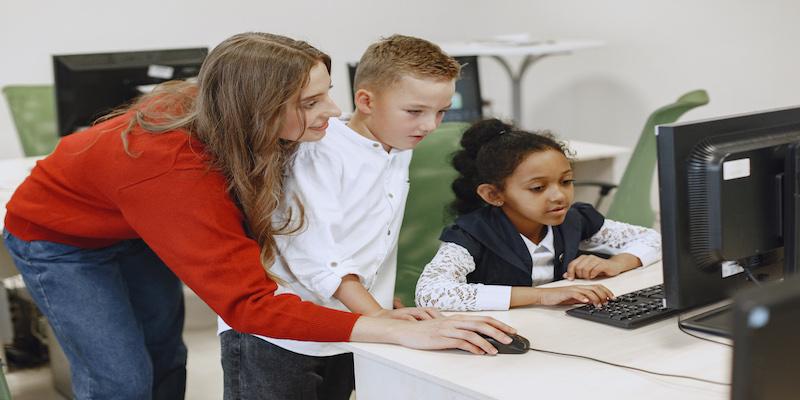 5 typowych cyberoszustw, wymierzonych w nastolatki – jak dbać o bezpieczeństwo dzieci w sieci?